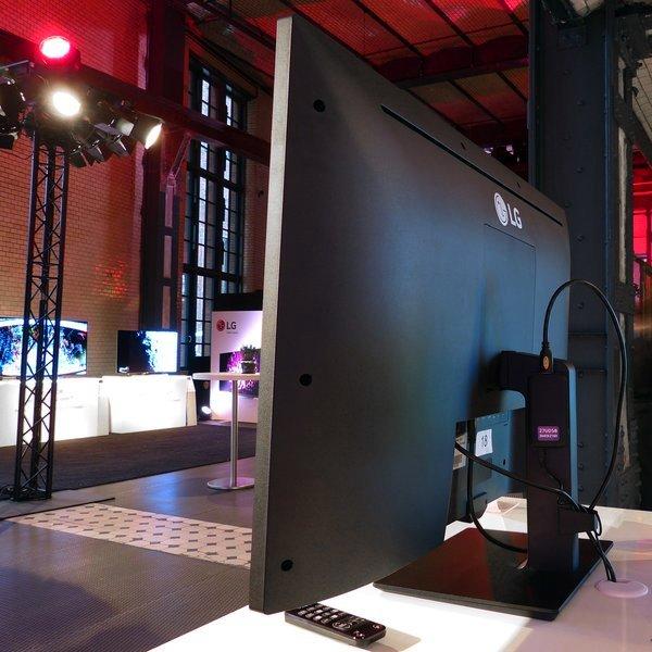 LG, LG представила 42,5-дюймовый 4K-монитор
